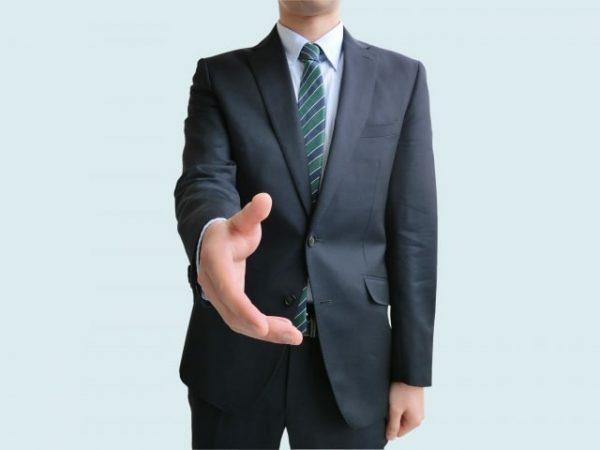 握手を求めているサラリーマン男性