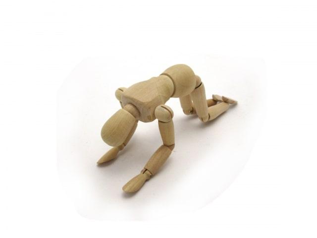 土下座をする木の人形