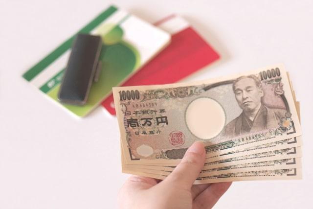 一万円札を何枚も持っている