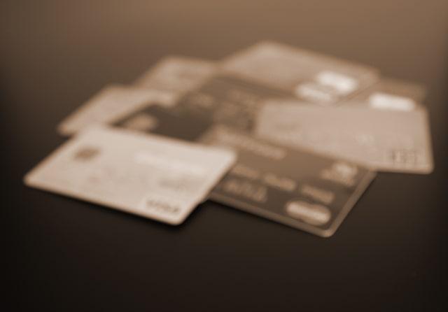 クレジットカードが机の上に数枚並んでいる