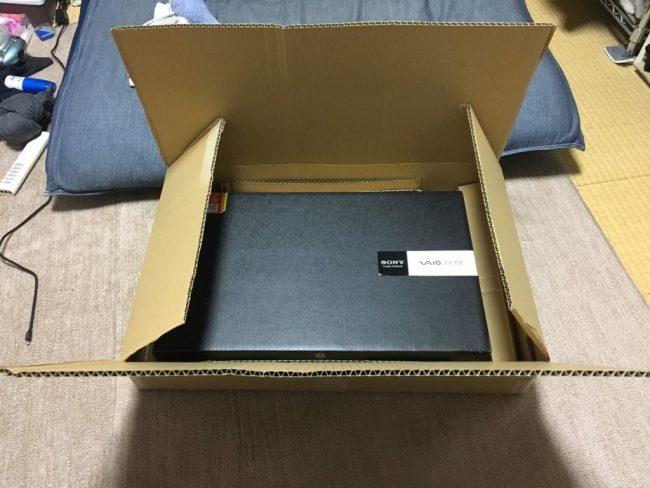 パソコンを梱包するダンボールとノートパソコン
