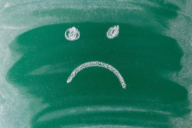 黒板に怒った人の顔が描かれている