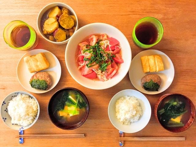 テーブルにのったいろいろな料理