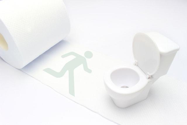 トイレに人が急いでいる様子
